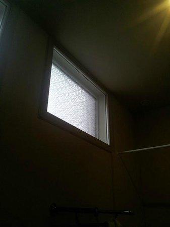Hotel Jan Brito: Cracked window