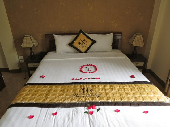 Hanoi Old Centre Hotel: Welcome flowers on the bed, nice touch!