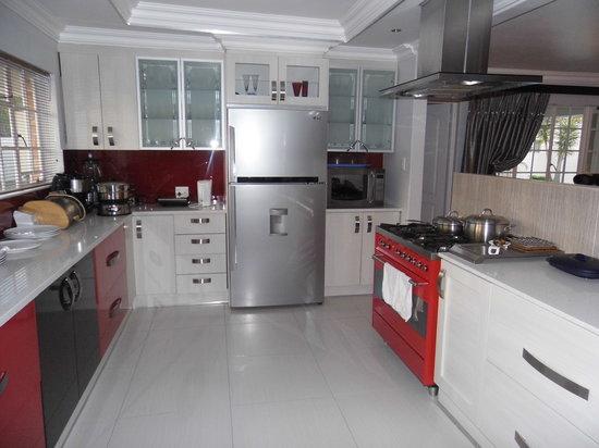 Bhotani B&B: Sumptous breakfast from this kitchen