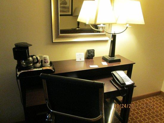 Comfort Suites Clinton: Work desk, internet access, coffee.