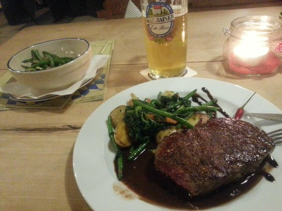 Braustuberl Maxlrain: Merido Rinder Steak in Schoko Chili mit Gemüse