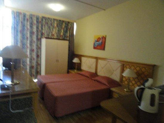 Estella Hotel Apartments: Room