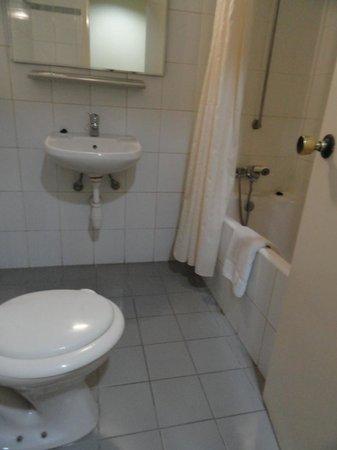 Estella Hotel Apartments: Bathroom