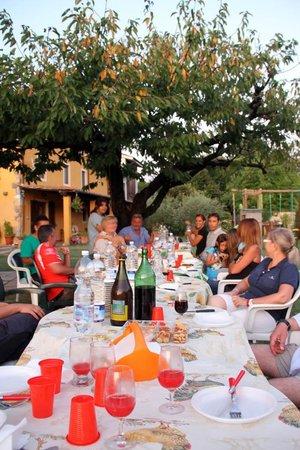 """Agriturismo """"La Conte"""" : Cena común en el jardín para todos los que dormíamos allí"""
