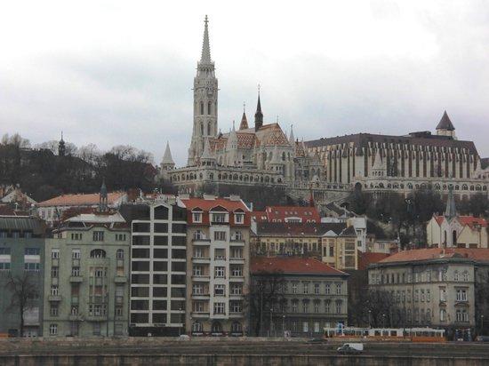 Boutique Hotel Victoria Budapest : Вид на отель с другого берега Дуная