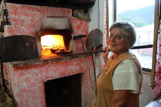 """Agriturismo """"La Conte"""" : La Mamma haciendo pizza en el horno de leña para la cena"""