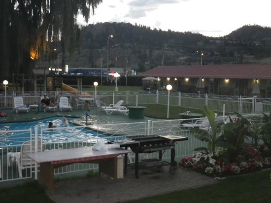 Okanagan Seasons Resort: Evening at the outdoor pool