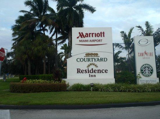 Courtyard Miami Airport: Entrance....