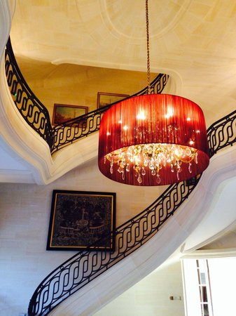 Tiara Chateau Hotel Mont Royal Chantilly : Impressive staircase