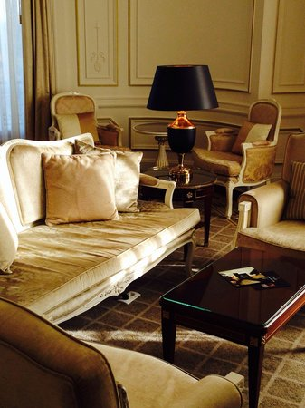 Tiara Chateau Hotel Mont Royal Chantilly : Living room in the suite