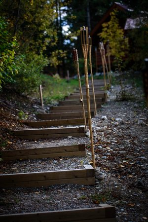 Cedar House Restaurant & Chalets: Stairs from bonfire area to restaurant/ceremony area