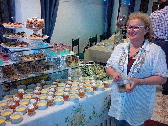 Hotel Nobel: uno dei magnifici buffet di dolci organizzato dalla signora Maria