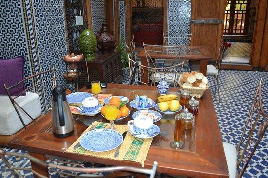 Riad La Cle de Fes: breakfast - Mohammed style