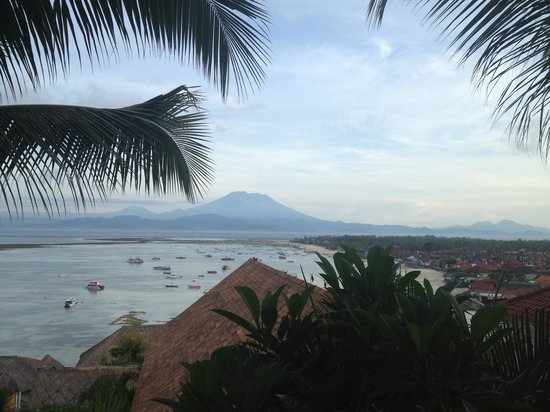 Lembongan Harmony Villas: early morning low tide with mt agung in background