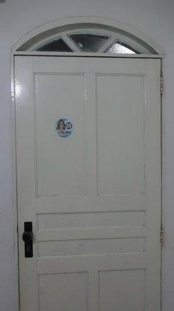 Hotel Da Praia : Adesivo de político na porta do quarto!