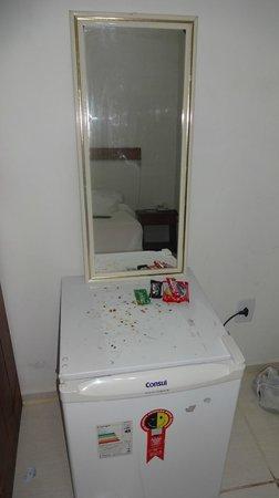 Hotel Da Praia : Espelho apoiado no frigobar enferrujado