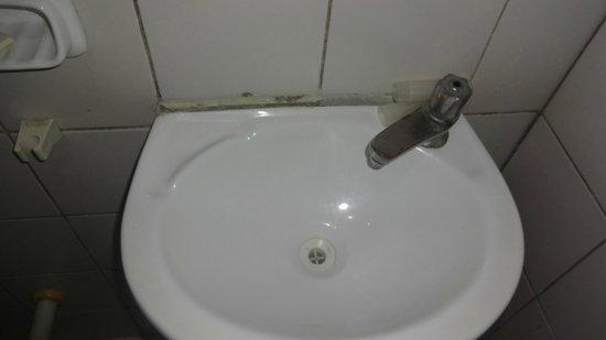 Hotel Da Praia: Pia do banheiro solta