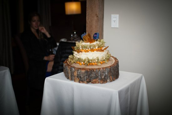 Cedar House Restaurant & Chalets : Jesse baked this amazing wedding cake!