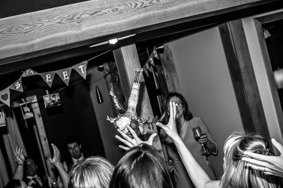 Cedar House Restaurant & Chalets : bouquet toss!