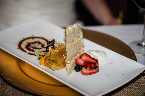 Cedar House Restaurant & Chalets : Beautifully plated wedding cake!