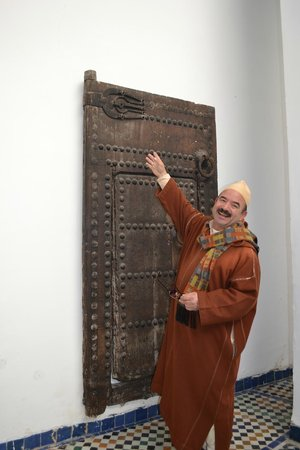 Dar Batha Museum : Door - guide explaining the significance of ironwork