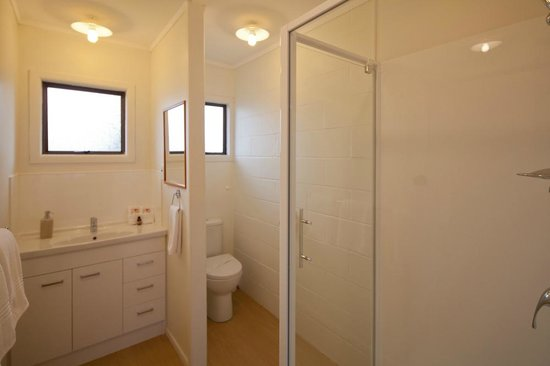 Rosetown Motel: Bathroom of larger one bedroom unit