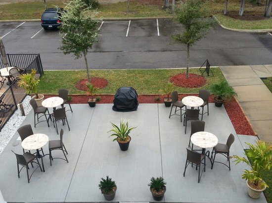 Microtel Inn & Suites by Wyndham Jacksonville Airport: Patio area - sweet grill! I want one!