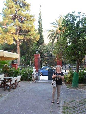 Hotel Nafsimedon: le jardin devant l'hôtel