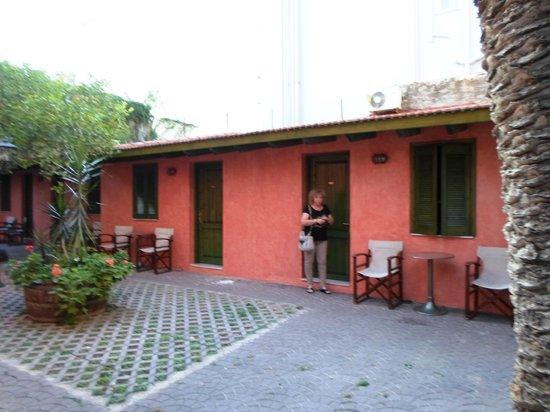 Hotel Nafsimedon: les chambres derrière l'hôtel