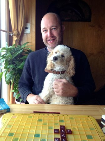 Hostal Geminis: Best part of our stay… Charlie my Scrabble partner!