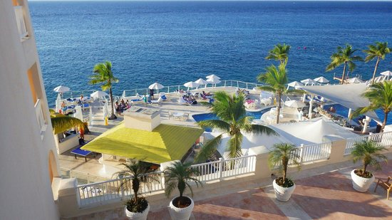 Cozumel Palace: the pool and buffet area