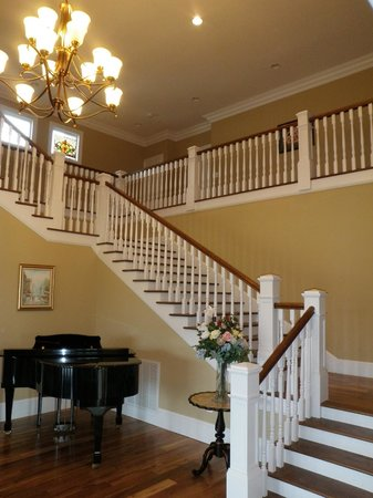The Inn at Rosehill & Rosehill Stables: The gracious center stair hall at Rosehill Inn