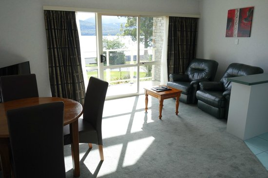 Fiordland Lakeview Motel and Apartments: lazy boys