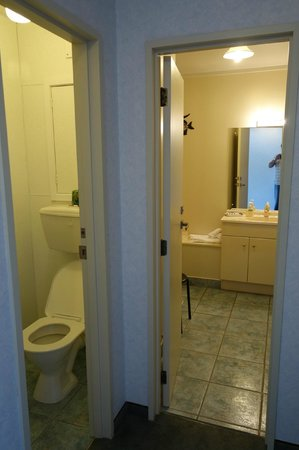 Fiordland Lakeview Motel and Apartments: split toilet and bath