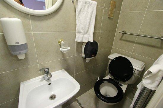 Holland Park Hotel: bathroom in basement