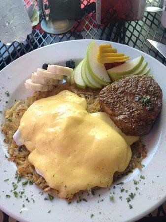 Rooster Cafe : Delicioso eggs benedict.