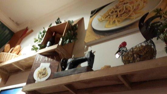 Pizzeria Italia: Interior