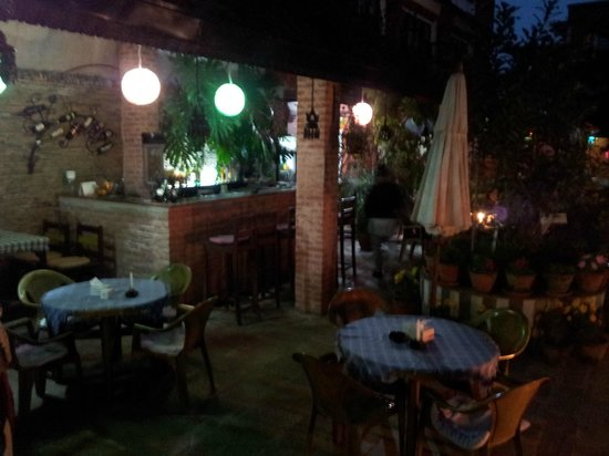 Hotel Encounter Nepal: Outdoor dining/bar area