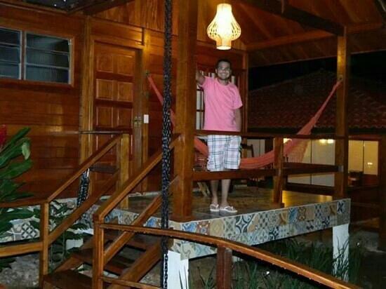 Aratinga Inn: Meu marido em frente ao nosso chalé