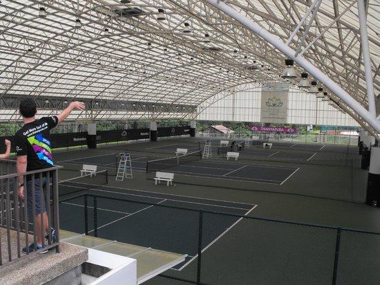 Thanyapura Sports Hotel: Indoor tennis facility