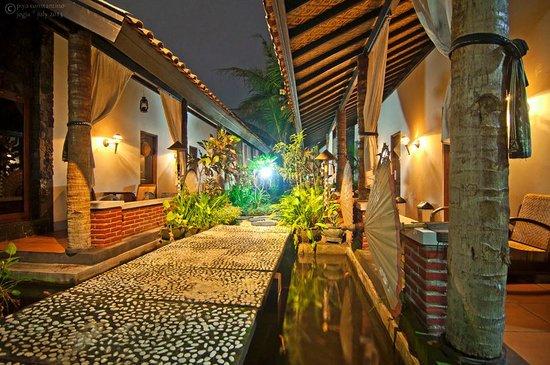 Rumah Palagan Yogyakarta: pathway to rooms