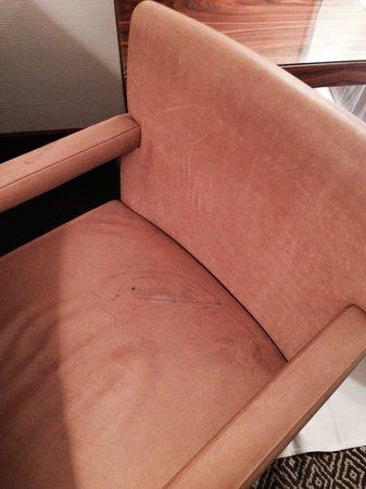 Las Alcobas : La silla quemada, pisada, sucia o que se yo... Donde estan las 5 estrellas?