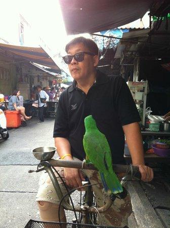 The Asadang: 近所の朝市で出会ったワカケホンセイインコおじさん