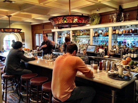 Alcove Cafe & Bakery: Beautiful bar!