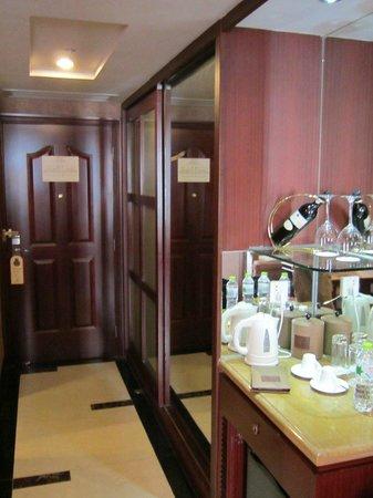 Gaoye Hotel: Entryway and minibar
