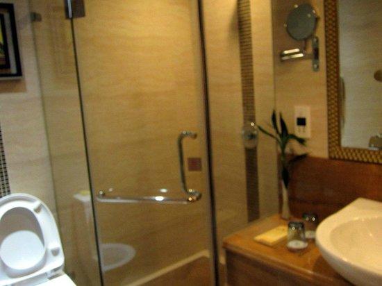 Gaoye Hotel: Bathroom also had a tub, not shown.