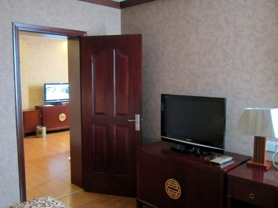 Gaoye Hotel: One TV in the bedroom and one in the living room
