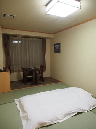Fuji Matsuzono Hotel : ห้องพักแบบปูฟุตงบนเสื่อตาตามิ