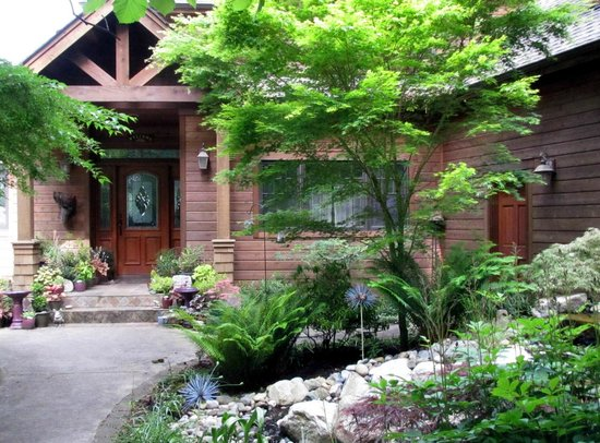 Cottage Lake Gardens Bed and Breakfast: Front Entry Way