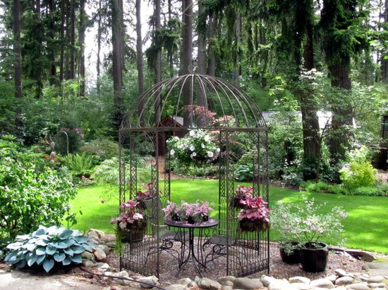 Cottage Lake Gardens Bed and Breakfast: The gazebo in front